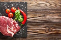 Fleisch auf einem Baum mit Tomaten und Pfeffer Lizenzfreie Stockbilder