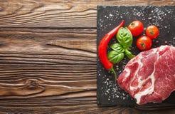 Fleisch auf einem Baum mit Tomaten und Pfeffer Stockbilder