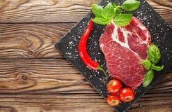 Fleisch auf einem Baum mit Tomaten und Pfeffer Stockbild