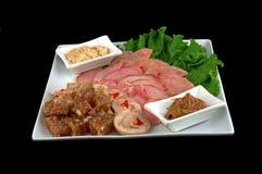 Fleisch auf einem schwarzen Hintergrund Lizenzfreie Stockfotos