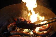 Fleisch auf Feuer lizenzfreie stockfotos