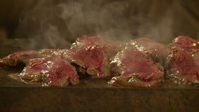 Fleisch auf heißem Stein stock footage