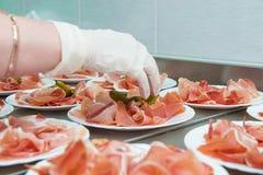 Fleisch auf Servierplatte lizenzfreies stockfoto