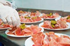 Fleisch auf Servierplatte stockfotos