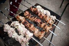 Fleisch-Aufsteckspindeln auf Grill Stockfoto