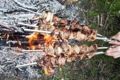 Fleisch bereitet sich auf Feuer vor lizenzfreie stockbilder