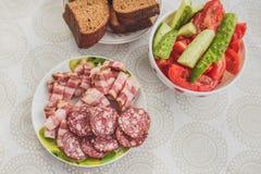 Fleisch, Brot, Gurken und Tomaten Stockfoto