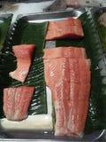 Fleisch der frischen Fische, das für Verkauf auf dem Markt geschnitten worden ist stockfotografie