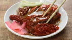 Fleisch der gebratenen Ente und süße Soße der in Essig eingelegten Ingwerbehandlung, die durch Essstäbchen auf Platte auswählt stock video footage