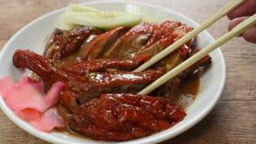 Fleisch der gebratenen Ente und süße Soße der in Essig eingelegten Ingwerbehandlung, die durch Essstäbchen auf Platte auswählt stock video