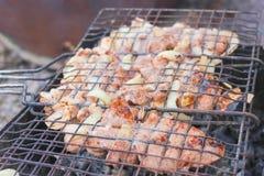 Fleisch in der Grillröstung auf dem Grill Stockbild