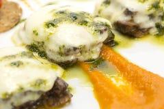 Fleisch ein gebacken mit Käse lizenzfreie stockfotografie