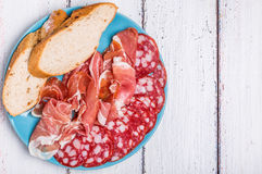 Fleisch eingestellt mit Stangenbrotscheiben Stockfotografie