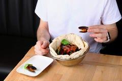 Fleisch fressend im Restaurant Pizza mit Miesmuscheln auf traditioneller Pizza des Tabellenrestaurants mit Basilikumblatt stockbilder