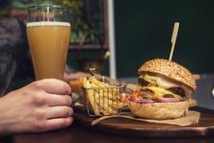 Fleisch fressende Burger Lizenzfreies Stockbild