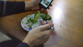 Fleisch fressende Kartoffeln mit Zwiebel und Dill Smartphone, Internet-Social Media traditionelle des Russen Küche zuhause stock video