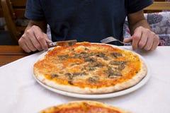 Fleisch fressende Pizza auf Terrasse lizenzfreie stockfotos