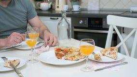 Fleisch fressende Pizza am Tisch stock footage