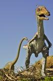 Fleisch fressendes Syntarsus und riesiger Brontosaurus Lizenzfreies Stockbild