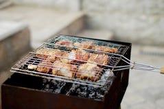 Fleisch gebraten auf einem Grill Stockbild
