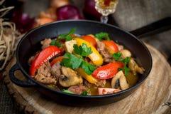 Fleisch gebraten mit Gemüse lizenzfreies stockfoto