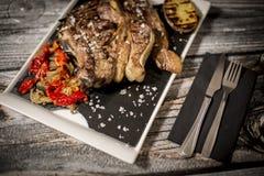 Fleisch gekocht zum Feuer Stockfoto