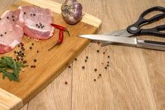 Fleisch, Gemüse und Gewürze für das Kochen des Abendessens stockfotografie