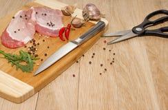 Fleisch, Gemüse und Gewürze für das Kochen des Abendessens lizenzfreies stockbild