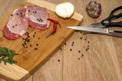 Fleisch, Gemüse und Gewürze für das Kochen des Abendessens stockbilder