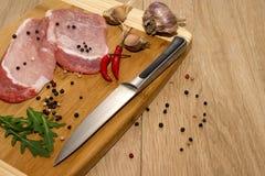 Fleisch, Gemüse und Gewürze für das Kochen des Abendessens lizenzfreies stockfoto