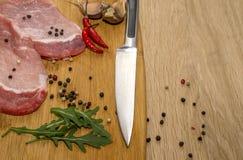 Fleisch, Gemüse und Gewürze für das Kochen des Abendessens lizenzfreie stockfotos