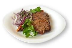 Fleisch grillte mit den Zwiebeln und Kräutern, die auf weißem Hintergrund lokalisiert wurden Lizenzfreies Stockbild