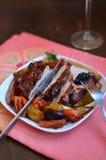 Fleisch im Rotwein mit Birnen und Trockenfrüchten Lizenzfreies Stockfoto