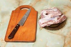 Fleisch, Messer und Vorstand Lizenzfreie Stockfotografie