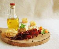 Fleisch mit Basilikum, Olivenöl und Käse Lizenzfreies Stockbild
