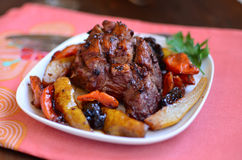 Fleisch mit Birnen und Trockenfrüchten Stockfoto