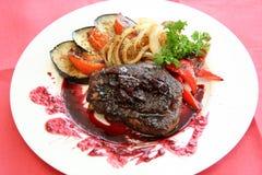 Fleisch mit Soße und Gemüse lizenzfreie stockbilder