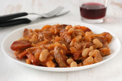 Fleisch mit Würsten und Bohnen Lizenzfreie Stockfotos