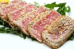 Fleisch schneidet Thunfisch mit Samen des indischen Sesams Stockfotos