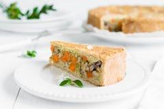 Fleisch-Torte mit Karotten, roten Bohnen und Erbsen auf weißer Platte Lizenzfreie Stockfotografie