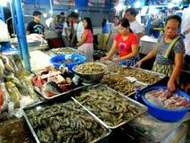 Fleisch- und Fischverkäufer in einem nassen Markt im cubao, Quezon-Stadt, Philippinen Lizenzfreie Stockfotos