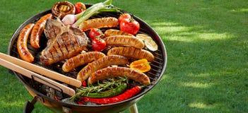 Fleisch und Gemüse, die auf einem BBQ im Freien grillen stockfoto
