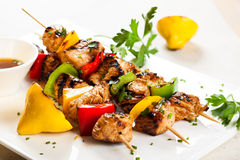 Fleisch und Gemüse Kebabs Lizenzfreie Stockbilder