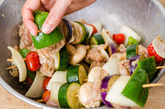 Fleisch- und Gemüsekebabs in einer Schüssel Lizenzfreies Stockbild