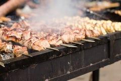 Fleisch und Kartoffel auf Grill Lizenzfreie Stockbilder