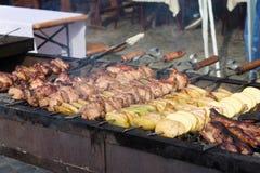Fleisch und Kartoffel auf Grill Stockfotos