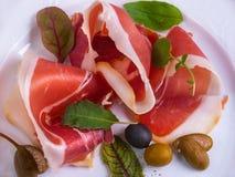 Fleisch und Oliven Stockfotografie