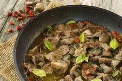 Fleisch- und Pilzeintopfgericht Stockbild