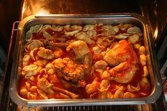 Fleisch und Teigwaren im Ofen Stockfotografie
