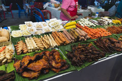 Fleisch und verschiedene Arten des Schnellimbisses der Würste im Markt Lizenzfreie Stockbilder